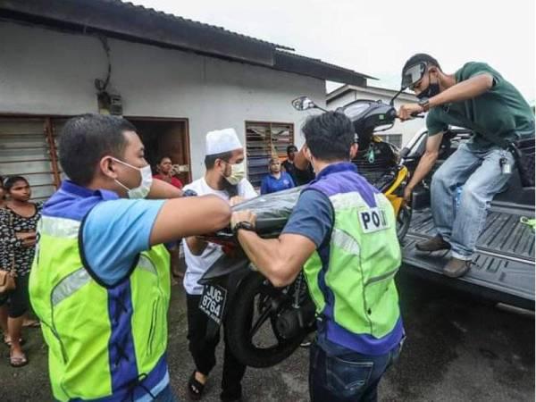 Ebit menghadiahkan sebuah motosikal baharu kepada Amran berikutan motosikal lamanya terbakar pada Isnin lalu.- Foto Facebook Ebit Lew