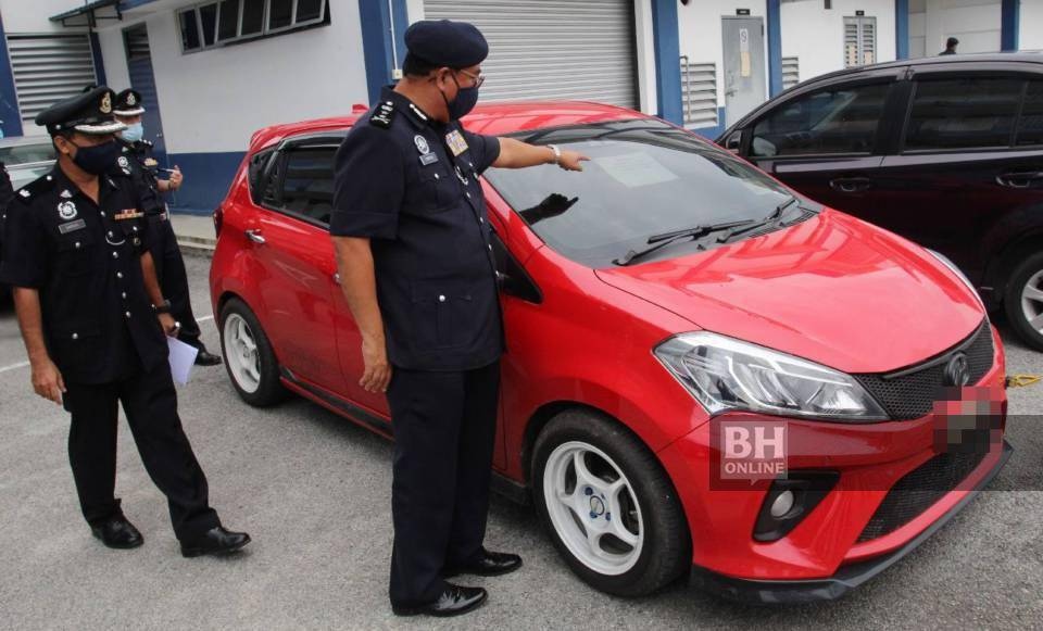 KETUA Polis Kelantan, Deputi Komisioner Shafien Mamat bersama pegawainya melihat kenderaan digunakan oleh suspek yang menyamar sebagai anggota polis wanita berkenaan setelah ditangkap di kampung Bukit Bator pada sidang media di Ibu Pejabat Polis Daerah Bachok. KHIS/NIK ABDULLAH NIK OMAR