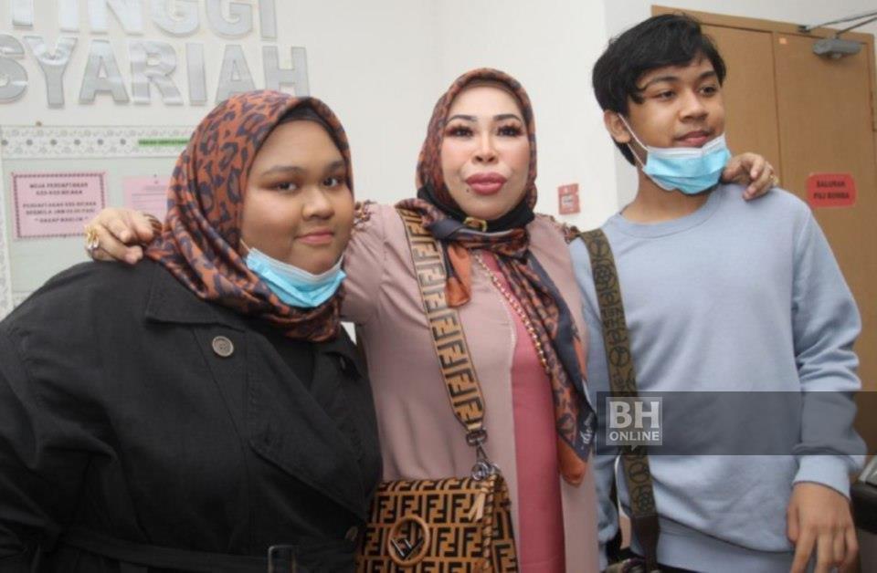 Datuk Seri Vida , 50, bersama dua anaknya Edlynn Zamilleen, 16, atau Cik B dan Muhammad Eric Zaquan,14, atau lebih dikenali sebagai Kacak ketika hadir di Mahkamah Tinggi Syariah Kota Bharu, hari ini. NSTP/NIK ABDULLAH NIK OMAR