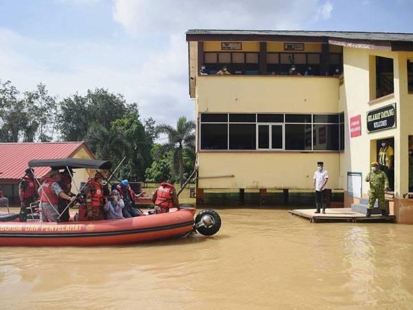 Image result for agong lawat mangsa banjir